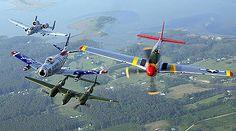 Aviación militar - Wikipedia, la enciclopedia libre      Un avión de ataque A-10 Thunderbolt II, y los cazas F-86 Sabre, P-38 Lightning y P-51 Mustang volando en formación durante un espectáculo aéreo en la Base Langley de la Fuerza Aérea de los Estados Unidos ubicada a 6 km de la ciudad de Hampton, Virginia.