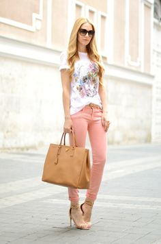 Spring-Summer/ White shirt with floral design, rose pink skinny jeans, tan bag, tan heels, black sunnies Looks Chic, Looks Style, Casual Looks, My Style, Jeans Rosa, Casual Chic, Look Fashion, Womens Fashion, Fashion Trends