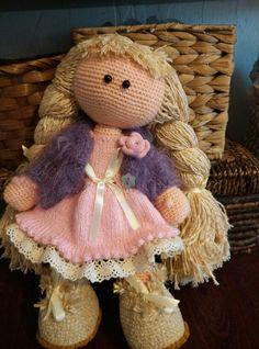 Muñecas, juguetes hechos a mano. Amigurumi. La muñeca del ganchillo.