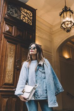 Denim on denim Light Blue Sweater, Adventure Style, Mother Jeans, Collage Vintage, Blue Boots, Street Style, Blue Sweaters, Ripped Jeans, Levis