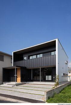 画像詳細 | KASHA - カシャ - House Wall Design, Low Cost Housing, Modern Buildings, Modern Houses, House Landscape, Facade Architecture, Facade House, Minimalist Home, House Rooms