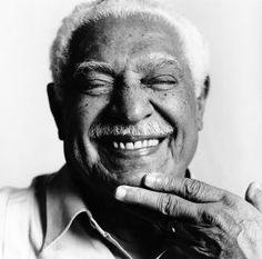 Dorival Caymmi - Foi um cantor, compositor, violonista, pintor e ator brasileiro. Compôs inspirado pelos hábitos, costumes e as tradições do povo baiano. Tendo como forte influência a música negra.
