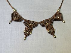 Collier en macramé marron orné de perles de par DuFiletdesNoeuds