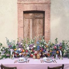 Stunning floral table runner by Anna and Ellie at @flowersociety! | #underthefloralspell #floralinspo
