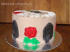 tarta rock & ink, ideada y realizada con todo el cariño para unos tatuadores y rockabillys...  una vez más es una versión vegana de la tarta de cumpleaños de vainilla y moca.