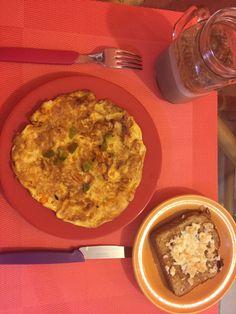 Torta de huevo -arroz blanco -pimiento -cebolla
