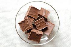 Recette: Fudge au Chocolat à L'Ancienne, Sans Noix - Circulaire en ligne Le Cacao, Candy, Chocolate, Food, Desserts, Dish, Fishing Line, Recipes, Tailgate Desserts