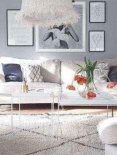 En tavelvägg utan färg - Inredning & Guldkanter Vardagsrum, livingroom, photowall, sweeffurniture, beniouardin carpet, haytraytable,skruf, lovewarriors skultuna,posterstore