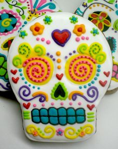 dia de los muertos - day of the dead - sugar skull cookies. I dont think the recipe is attached, but it would be fun to make these with any sugar cookie recipe. Cupcake Cookies, Sugar Cookies, Cookies Et Biscuits, Skull Cupcakes, Molasses Cookies, Cookie Icing, Cookie Bars, Halloween Cookies, Halloween Treats