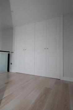 Las puertas lacadas en blanco son la tendencia de la temporada. En armarios también. Hamptons Decor, The Hamptons, Wardrobe Doors, Beach House Decor, Home Decor, Coastal Decor, Tall Cabinet Storage, Hardwood Floors, New Homes
