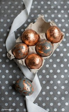 Check out this easy copper eggs DIY project to decorate your home for Easter. Incorporate copper foil for a modern twist on a classic Easter egg craft! Easter Table Decorations, Spring Decorations, Easter Egg Crafts, Easter Food, Coloring Easter Eggs, Easter Printables, Easter Holidays, Egg Decorating, Easter Dinner