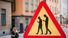 [서울신문] 보행자의 안전을 위해 걷는 동안 스마트폰 사용을 금지하는 도로 표지판이 스웨덴에서 처음 등장했다. 한국 등 상당수 국가들이 운전 중 스마트폰 사용을 금지하는 가운데 진일보한 도로안전 규칙이 만들어진 셈이다.  영국 일간 텔레그래프는 4일(현지시간) 스톡홀름 시내 도로 곳곳에 이 같은 표지판이 설치됐다고 현지
