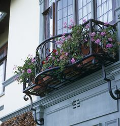 These are your best balkon design in the world Wrought Iron Window Boxes, Wrought Iron Decor, Wrought Iron Gates, Metal Window Boxes, French Balcony, French Windows, Window Box Flowers, Flower Boxes, Flower Baskets