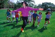 10 Iconic Photographs by Harry Benson - Michael Jackson at Neverland Harry Benson, Michael Jackson Dance, Photos Of Michael Jackson, Guinness, Rock And Roll, Neverland Ranch, Sean Combs, Michael Jackson Neverland, Ll Cool J