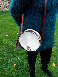 Trotando por la vida con el mas original de los bolsos. Pelo natural bovino y cuero hecho a mano. Diseño exclusivo Cuerokas