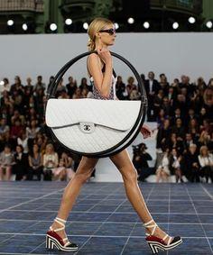 S/S 2013 컬렉션, 파리 PFW : 샤넬 CHANEL    유명 브랜드의 컬렉션. 크기가 모델의 반이나 되는 가방을 들고 있다. 모든…