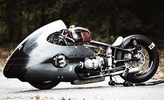 Je vous propose un nouveau bijou motorisé à deux roues, issu des ateliers de Lucky Cat Garage.  L'histoire de cette bête de course part simplement d'un pneu (M&H Racemaster drag tire) retrouvé dans le garage, il ne manquait plus q'un cadre, un moteur… pour créer ce monstre des circuits au look hyper rétro et totalement unique !