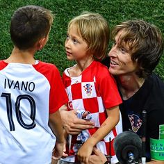 Croatia's midfielder Luka Modric poses with his kids as he celebrates. Football Match, Football Players, World Cup Russia 2018, World Cup Final, Real Madrid, Fifa, Croatia, In This Moment, Poses
