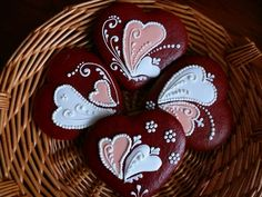 chocolate/gingerbread cookes for Valentine's Day or a Wedding ... folkloreic swirls & dots ... royal icinf filled hearts ... delightful ...