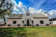 1692 De Kleijne Bos Country House, Paarl South African Homes, South Afrika, Cape Dutch, Garden Walls, The Beautiful Country, Lush Garden, Old Farm, Afrikaans, Cape Town