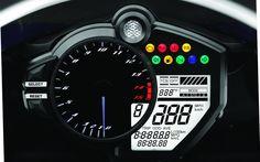 Sur le petit écran juste à droite de la zone rouge, on voit le niveau du TCS et le mode de réponse de l'acélérateur sélectionnés. L'écran triangulaire dans le compte-tours indique le rapport enclenché (il y a 6 vitesses, pas 8...). - Galerie de photos - Moto Journal