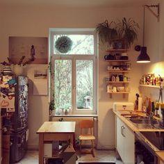 Der wunderschöne alte Dielenboden und die frischen Farbtupfer stechen sofort ins Auge: wir sind heute zu Besuch bei Daniela aka mai985 in Darmstadt. Die 31-jährige Bibliothekarin lebt hier gemeinsam mit ihrem Freund auf 85 Quadratmetern.