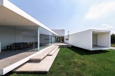 Splayed and stacked white volumes form San Antonio House in Mexico San Antonio, Huge Windows, Windows And Doors, Contemporary Architecture, Architecture Design, Patio Central, Interior Design Minimalist, Small Terrace, Construction
