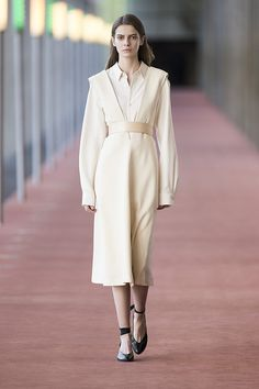 11. Pointed collar shirt in silk twill, sleeveless dress in stretch wool, thin belt in wood, straped slippers in calf leather #lemaire