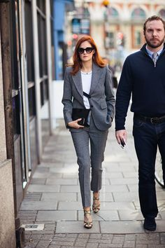 What Wear - Taylor Tomasi Hill The reigning street style queen shows us how to temper the seriousness of a sharp suit with a relaxed tee and statement heels. Taylor Tomasi, London Fashion Weeks, Paris Fashion, Office Fashion, Work Fashion, Fashion Black, Fashion Fashion, Street Fashion, Vintage Fashion
