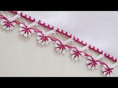 Beyaz Tülbentler ve Yazmalar için uygun Kenar Oyası Modeli olarak gördüğüm 2 Sıralı Çiçekli Tığ Oyası Videolu yapılışı 2 renk Oya ipleri 21 numara Tığ ve Serum halkası ile yapılıyor. Sıralı Pıtırcık Oyası yapımında çiçeklerin ortasında kullanılan Serum halkaları en küçüklerinden seçilecektir. Çiçekler için yapılan