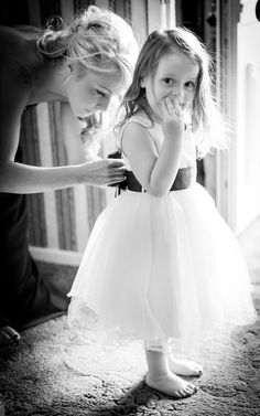 funny wedding photo ideas  bride and flower girl