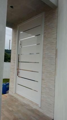 Porta branca frisada com revestimento que imita canjiquinha