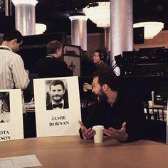 Mann mit Humor:JamieDornan reißt gerne Witze. Hier lacht er über sein Bild für die Stuhl-Reservierung bei den Golden Globes. Shades of Grey: Verruchte Bilder einer großen Liebe