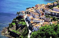 LASTRES. Esta preciosa villa localizada en el Principado de Asturias cuyo casco histórico ha sido declarado Bien de Interés Cultural con categoría de Conjunto Histórico, es uno de los pueblos más bonitos de España. Se sitúa en un bello acantilado y se desciende hasta el puerto por una serie de calles tortuosas, estrechas y empinada