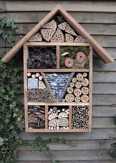 Fem forskellige insekthoteller i haven - Naturfamilier Diy Jardin, Jardin Decor, Outdoor Projects, Garden Projects, Outdoor Decor, Ladybug House, Bug Hotel, Natural Christmas, Boho Diy