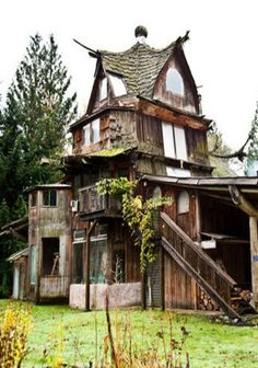 Old Farm House With Odd Roof Design by SunRay Kelley, a natural builder from the Pacific Northwest. Unusual Buildings, Old Buildings, Abandoned Buildings, Beautiful Buildings, Abandoned Places, Beautiful Homes, Beautiful Places, Old Farm Houses, Tree Houses