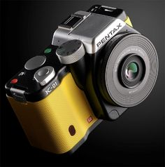 Pentax designed by Marc Newson is a interchangeable-lens camera. Choose between an ultra slim pancake lens or a standard wide angle for only Old Cameras, Vintage Cameras, Gadget Magazine, Latest Camera, World Famous Artists, Retro Camera, Beautiful Mirrors, Camera Reviews, Camera Gear