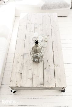 White washed recycled pallet table and Moroccan themed decoration. Palette Deco, Creation Deco, Home And Deco, Wooden Pallets, 1001 Pallets, Pallet Furniture, Garden Furniture, Furniture Plans, System Furniture