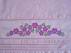 Conjunto de toalhas 100% algodão, na cor rosa clara, com barra bordada em ponto cruz com avesso perfeito. Toalha de Banho 70 x 130 cm Toalha de Rosto 41 x 70 cm Hand Embroidery, Embroidery Designs, Cross Stitch Patterns, Diy And Crafts, Towel, Crochet, Baby, Bath Towels & Washcloths, Cross Stitch Rose