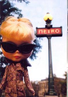 Toda esta loucura em torno da bonequinha zoiuda começou em 2000, com a produtora Gina Garan. Ela lançou o livro This is Blythe , um en...