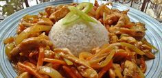 Kínai csípős csirkecsíkok - Hozzávalók:      50 dkg csirkemell filé     1 szál újhagyma     1 szál sárgarépa     1 db hegyes erős paprika     1 tv paprika     1 fej vöröshagyma     1 db chili paprika     1 fej lila hagyma     1 dl szójaszósz     1 ek keményítő     3-4 gerezd fokhagyma     őrölt bors     só     olaj