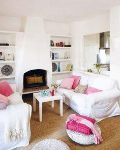 Salotto bianco rustico con dettagli rosa