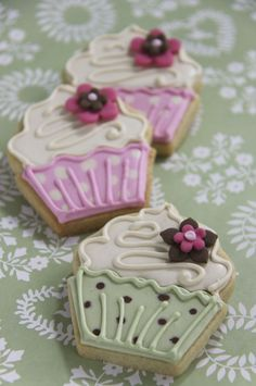 Google Image Result for http://www.julietstallwoodcakesandbiscuits.co.uk/home/wp-content/uploads/2011/02/flower-cupcakes-iced-biscuits-web.jpg