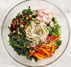 Cold Sesame Noodles w/ Kale and Shiitakes - Healthy vegetable noodle recipe with shiitake mushrooms, kale, cabbage, carrots in a sesame ginger lime dressing. Perfect for weekday lunches! Sesame Noodle Salad, Cold Sesame Noodles, Clean Recipes, Cooking Recipes, Free Recipes, Clean Eating, Healthy Eating, Healthy Food, Vegetable Noodles