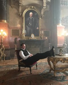 """@thereallukeevans auf Instagram: """"My mam always told me not to put my feet on the furniture… #sorrymum #TheAlienist"""""""