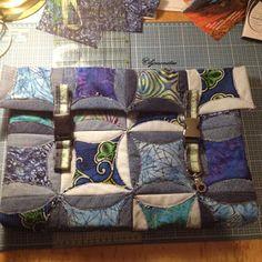 tagesbettdecke aus denim dreiecken zusammen gen ht. Black Bedroom Furniture Sets. Home Design Ideas