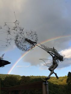 Robin Wight wire dandelion fairy with rainbow Robin Wight wire da. Robin Wight, Wire Art Sculpture, Art Sculptures, Garden Sculptures, Abstract Sculpture, Fantasy Wire, Arte Peculiar, Fantasy Kunst, Fairy Art