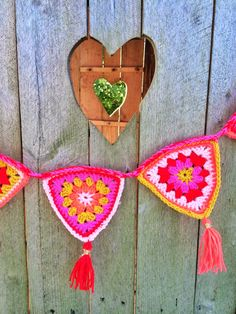 DIY Crochet garland, wouldn't these be great for christmas and valentines? Crochet Home, Crochet Granny, Crochet Motif, Crochet Crafts, Yarn Crafts, Crochet Projects, Knit Crochet, Diy Crochet Garland, Crochet Bunting