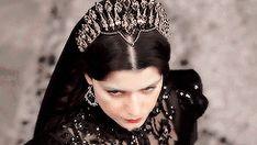 #wattpad #fanfiction ❝Jesteś potworem! Zjawą, duchem, czarownicą! Nigdy, ale to nigdy, nie nazywaj mnie już, swoją matką!❞ ❝Gülizar,           jesteś czymś więcej                                 niż tylko człowiekiem.❞ Nienawidzili jej. Nienawidzili odmieńców. [NIEBAWEM] [HISTORIA NIGDY NIE MIAŁA MIEJSCA NAPRAWDĘ] [MAG...