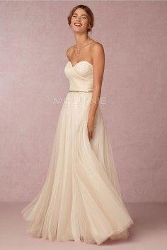 Robe de mariée moderne avec un col en coeur sans bretelle en mousseline
